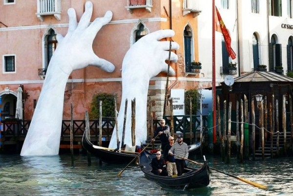 9ba79d004fdab4862f50cd2fe206ecc7 - Скульптура «гигантские руки из воды» в Венеции, Италия
