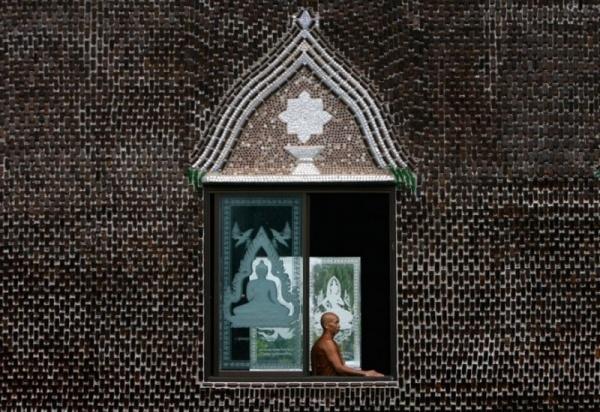 b96c2acce11f10156511cd5f78fac303 - Храм миллиона бутылок в Тайланде