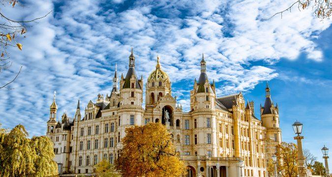 2017World   Germany Schwerin Castle under the beautiful blue sky in autumn  Germany 119942  675x360 - Поехать в Германию самостоятельно