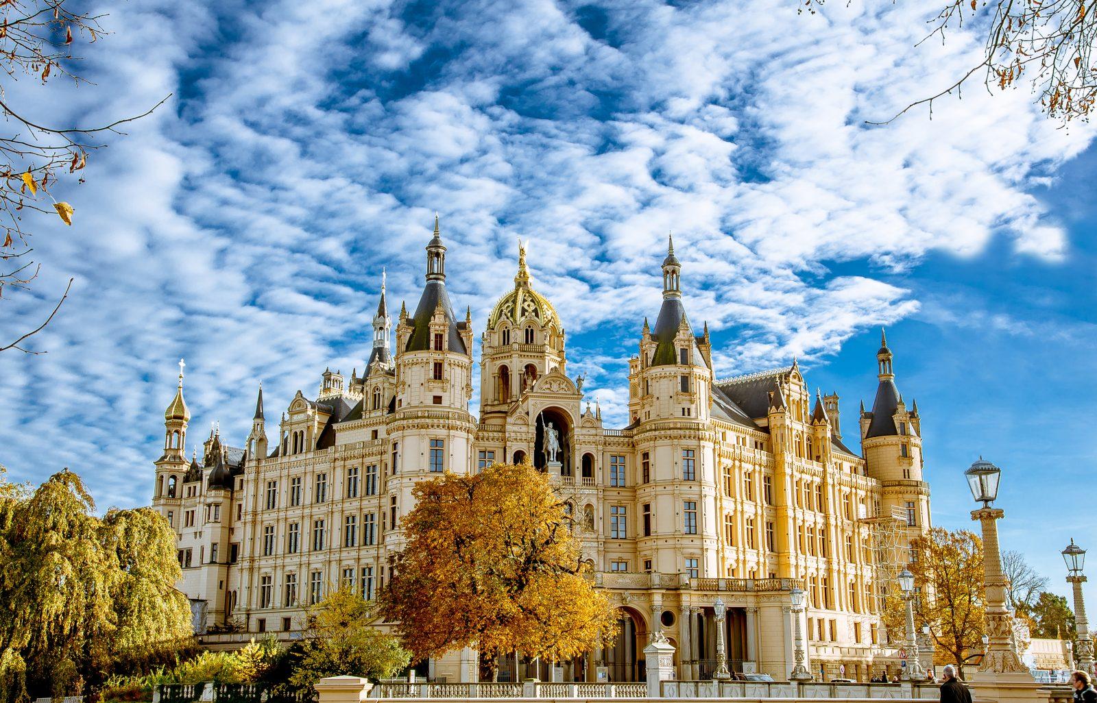 2017World   Germany Schwerin Castle under the beautiful blue sky in autumn  Germany 119942  - Поехать в Германию самостоятельно