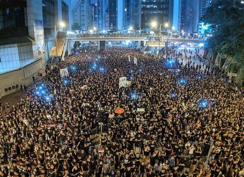 d7fa356ca29ba77a86ac4b260f6980f0 480x348 - Массовые демонстрации, время от времени проходящие в Европе, мало пугают туристов, они им безразличны