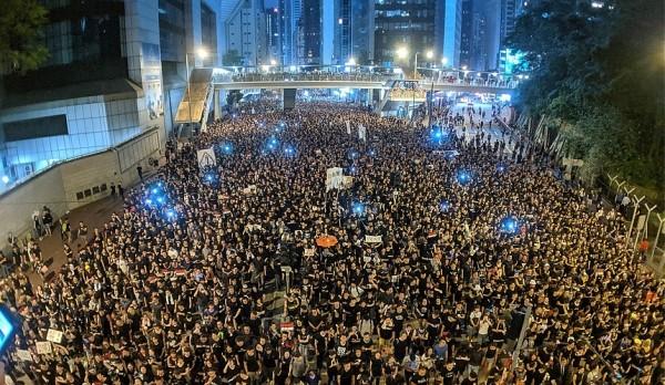 d7fa356ca29ba77a86ac4b260f6980f0 - Массовые демонстрации, время от времени проходящие в Европе, мало пугают туристов, они им безразличны