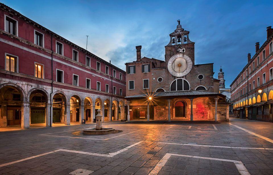 Church of San Giacomo di Rialto - Что посмотреть в Венеции за 4 дня — 30 самых интересных