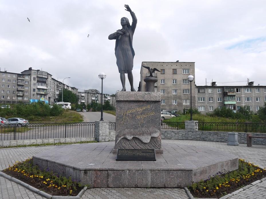 skulputura ZHdushhaya v Murmanske - Мурманск, Териберка, Хибины: как спланировать путешествие на Кольский полуостров?